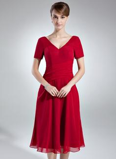 A-linjainen/Prinsessa V-kaula-aukko Polvipituinen Sifonki Morsiamen äiti-mekko jossa Rypytys (008016007)