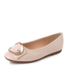 Женщины Лакированная кожа Плоский каблук На плокой подошве Закрытый мыс с пряжка обувь (086152994)